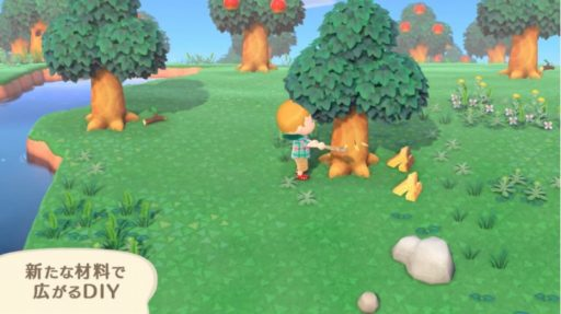 木をオノで切る少年